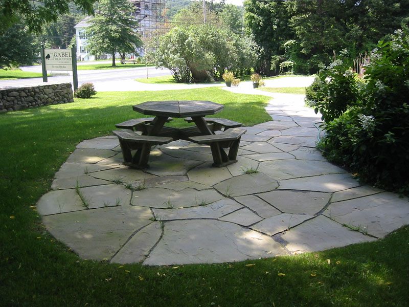 Stone patio pictures natural and square cut flagstone patios for Flagstone patio designs
